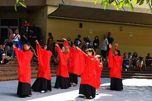 Dance performance by CI volunteer teacher Ms Meng Zhou and her students at Manunda Terrace Primary School