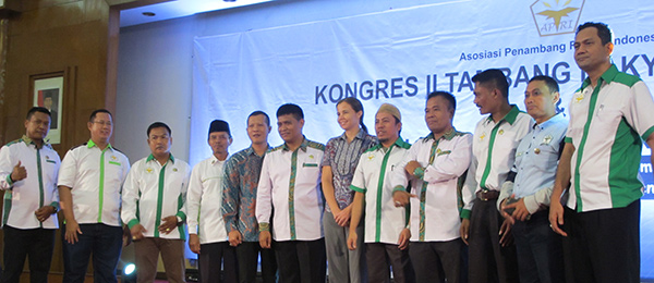 RIEL researcher Sarah Hobgen (centre) and Head of the Indonesian Community Miners Association Gatot Sugiharto (centre left) with attendees at the event in Jakarta