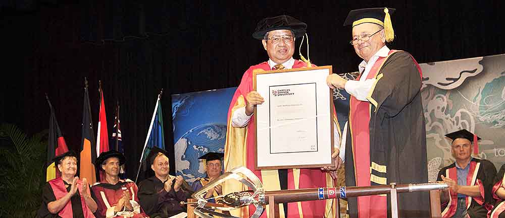 CDU Chancellor Mr Neil Balnaves AO (right) presents the Doctor of Economics honoris causa to the 6th President of the Republic of Indonesia, Professor Dr Susilo Bambang Yudhoyono AC