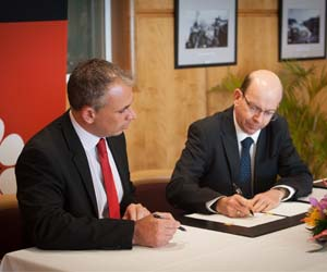 Chief Minister Adam Giles and Vice-Chancellor Professor Simon Maddocks sign a MOU focusing on international education and training
