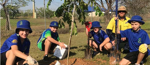 Horticultural tradesperson John Grant with Durack Primary School students