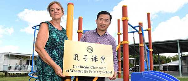 Woodroffe Primary School principal Sharon Reeves and CDU Confucius Institute Chinese director Hua Wang