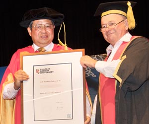 Chancellor of Charles Darwin University Mr Neil Balnaves AO (right) presents the Doctor of Economics honoris causa to the 6th President of the Republic of Indonesia, Professor Dr Susilo Bambang Yudhoyono AC.