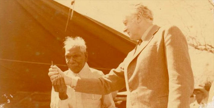 Gough Whitlam pours sand into Vincent Lingiari's hand